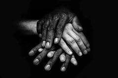 Amor en blanco y negro (Carlos Nestar) Tags: art blackandwhite bw blancoynegro bn fingers gente nikon león pleople person personas photo photography retrato hands manos dedos