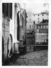 Venezia (Alice Borciani) Tags: bw film analog darkroom olympus venezia olympusom2 ilford bianconero pellicola analogico cameraoscura ilfordmultigrade