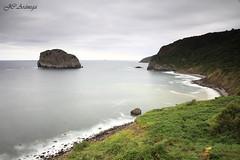 La Isla de Aketx (Juan Carlos Arnega) Tags: verde mar calma isla roca exposicion larga