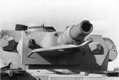 Nordafrika.- Panzer IV mit Treffer am Geschütz (7,5 cm KwK/L24) bzw. am Turm, Detailaufnahme; PK Afrika