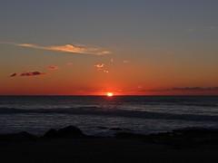 Há mulheres que trazem o mar nos olhos, não pela cor, mas pela vastidão da alma. (Sophia de Mello Breyner Andresen) (Ⱥndreia) Tags: sonydschx200v portugal póvoadevarzim 2017 pôrdosol sunset sol sun mar sea céu sky