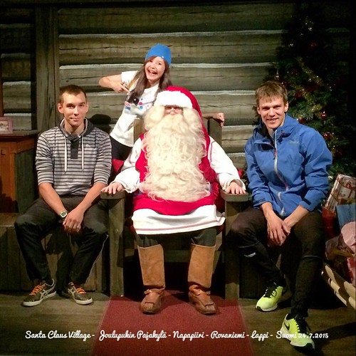 Mom! We're with Santa! 🎅🎉✨ 媽啊~是真的聖誕老公公本人啊,媽媽~~~😍😍😍😍😍😍😍
