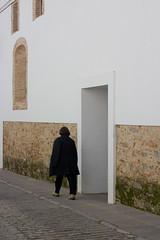 preto e branco (Hlder Cotrim) Tags: door espaa vertical branco puerta espanha mulher entrance preto porta entrada janela porte parede zafra extremadura