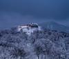 Man riecht förmlich schon den Kaffee (matthias_oberlausitz) Tags: hochwald hochwaldbaude baude morgens winter nebel reif schnee frost licht bäume turm oberlausitz sachsen saxony