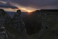 Pico del Fraile (explore) (Rafael Díez) Tags: españa paisvasco vizcaya orduña montañas picodelfraile amanecer nubes rocas sunrise sol filtro rafaeldíez paisaje