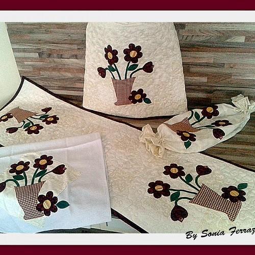 Conjunto flores #capadeagua #caminhodemesa #puxasaco #panodeprato #feitocomcarinho #patchwork #bysoniaferraz