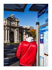 Puerta de Alcalá (Vicent Granell) Tags: granellretratscanon madrid puerta alcalá parada bus estret carrer urbanes mirada visió composició personal