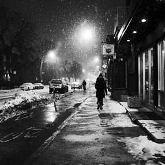 Les vaillants du petit matin... (woltarise) Tags: montréal rachelest rue 6h30am neige nuit cycliste piéton travail