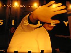 """""""siete dal Flickr???? Vattene, basta!!!"""" (mario.mc) Tags: italy milan flickr italia publicidad milano uomo mano paparazzi sisley italiano gesto milanomilano"""