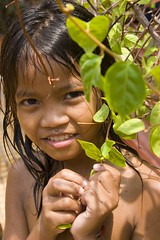 Belated FlickrVersary to me! (Kalabird) Tags: tree fountain leaves children cambodia flickrversary phnompenh year1 watphnom canonef24105mmf4lisusm