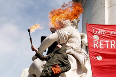 April 4, 2006 - 14:03: The Republic is on fire (Hughes Lglise-Bataille) Tags: paris france color topf25 statue fire topf50 protest photojournalism olympus demonstration flame manifestation cpe f70 e500 topv2000 topv3000