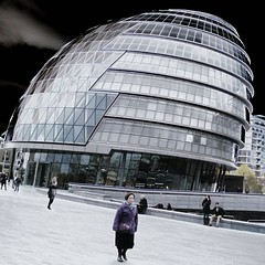 Everyday Robots (mArc ferré) Tags: london londres cityhall normanfoster iconicarchitecture greaterlondonauthority gla southwark thequeenswalk fosterandpartners streetphotography