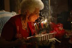 Äldre kvinna och en tårta