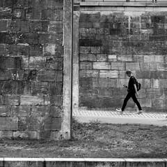 immured (Wackelaugen) Tags: handy person street wall walk walking berlin germany canon eos photo photography wackelaugen black white bw blackwhite blackandwhite mono noiretblanc square explore explored