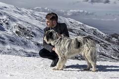 Entre colegas (Pepa Morente ( 1.555.000 de VISITAS )) Tags: perro hombre joven nieve sierranevada posado miradas amigos colegas mascota sol díasoleado granada andalucía