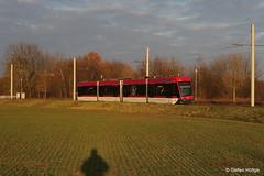 Braunschweig Tramino 1452 im letzten Sonnenlicht auf der SL 1 vor der Haltestelle Trakehnenstraße, 19.01.2017 (Tramfan2011) Tags: braunschweig tramino solaris germany deutschland strasenbahn tram tramway
