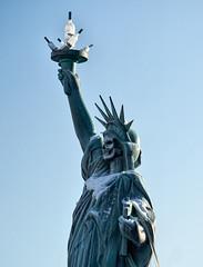 20170120-095941_TZ (Ernst_P.) Tags: aut innsbruck österreich tirol statue freiheitsstatue monument flasche totenkopf austria autriche tyrol bottle botella walimex samyang 135mm