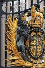 Kraliyet arması detay (halukderinöz) Tags: londra london ingiltere great britannia buckingham palace royal emblem kraliyet amblem saray statue heykel anıt