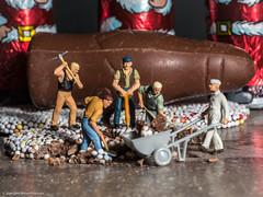 Tiny people - Beseitigung der letzten Weihnachtskalorien (J.Weyerhäuser) Tags: arbeiter weihnachten preiser tinypeople schokolade