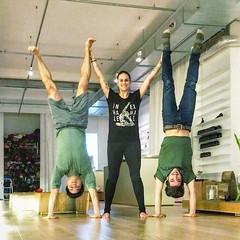 Follow Matt @theyogimatt und Nicki @yogalife_graz! Volle Bude im Inside! Matt hat noch ein paar @tint_yoga video Aufnahmen letzte Woche gedreht, sowie fast spontan einen Handstand Workshop gegeben. (der rappelvoll war) Außerdem konnte ich total gut mit Ni