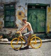 """NO SE ARRIENDA, NO SE VENDE"" (Santiago Forero Molano) Tags: man green bike bicycle yellow honda persona tropical bi tolima"