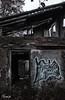 Oscuro y sombrío (Noemí pl.) Tags: oscuro sombrío caseta abandonada ruinas filtro graffiti tetrico darkness