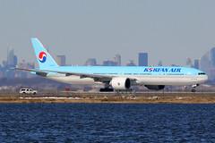 HL8209 | Boeing 777-3B5ER | Korean Air (cv880m) Tags: jfk kjfk kennedy newyork bayswater hl8209 boeing 777 773 777300 7773b5 kal koreanair korea triple7 tripleseven airliner