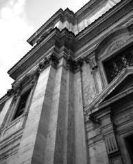 fuga (daniele ideale costanzo) Tags: roma santamariamaggiore architettura detail dettaglio blackandwhite bw architecture viacavour chiesa basilica pietra modanature prospettiva