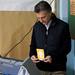 Mauricio Macri votando.-