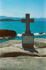 Cross, rocks & sea (schoeband) Tags: france film frankreich rocks corse corsica analogue seashore fr korsika c41 canonetgiiiql17 coggia revologstreak
