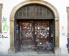 Tübingen, Studenteneingang   /   Student entrance (to.wi) Tags: tübingen towi tür tor deko kunst ars studenten eingang hauseingang vermalt graffiti