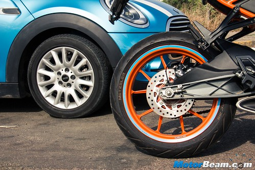 KTM-RC-390-vs-MINI-Cooper-11