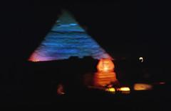 Ägypten 1999 (627) Kairo: Pyramiden von Gizeh (Rüdiger Stehn) Tags: soundandlightshow chephrensphinx grosesphinx archäologie pyramiden giseh gise giza alǧīza afrika ägypten aldschīza ilgīza egypt nordafrika nordägypten bauwerk sakralbau historischesbauwerk urlaub dia analogfilm scan slide diapositivfilm kleinbild kbfilm analog 35mm canoscan8800f archäologischefundstätte unescowelterbe unescoweltkulturerbe ancientegypt altägypten misr unterägypten addiltā welterbe weltkulturerbe ägyptologie reise reisefoto 1990er 1990s 1999 winter sphinx chephrenpyramide pyramide