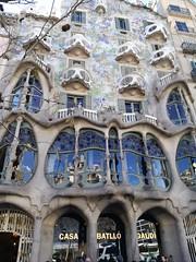 Casa Batllo, ventanas maravillosas (PaquiPhotography) Tags: spagna sagrada famiglia barcellona barcelona spain spanish espana viaje viaggio viaggiare travel wow basilica chiesa casa batllo azul dragon drago azzurro ventana