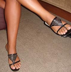 dena055 (J.Saenz) Tags: woman feet foot mujer shoes legs sandals tacos zapatos pies heels tacones pieds toering scarpe sandalias beine crossed schuh gambe shoefetish gams tacchi fetichismo cruzadas shoeplay podolatras pernas anillopie
