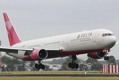 Delta Airlines Boeing 767-400 (AMSfreak17) Tags: amsterdam airport breast cancer delta landing boeing awareness airlines schiphol runway ams eham 767400 polderbaan n845mh 18r amsfreak17