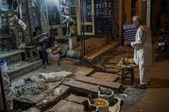 El almacen de materiales (Nebelkuss) Tags: india gwalior nocturno night callejeras street colores colours fujixpro1 fujinonxf23f14 elzoohumano thehumanzoo