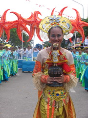 sinulog 2006 - pahiyum (adlaw) Tags: smile festival philippines dancer cebu cebucity sinulog stonino sinulog2006 cebusugbo pahiyum