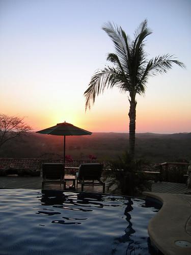 Atardecer en la piscina y terraza del Hotel Los Altos de Eros