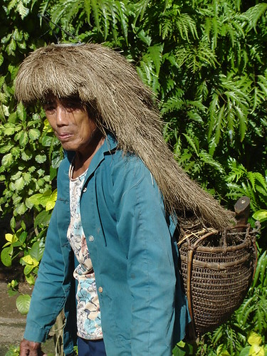 Itbayat, Batanes headdress traditional Buhay Pinoy Philippines Filipino Pilipino  people pictures photos life Philippinen  菲律宾  菲律賓  필리핀(공화국) elderly woman basket