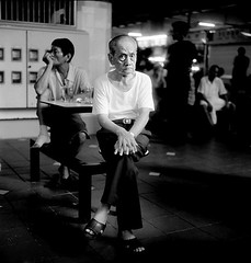 singapore2005105d.jpg (Boris Earth) Tags: old blackandwhite bw white man black rolleiflex singapore centre hawker audel angkorsingle mobformat11streetnoir