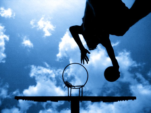 フリー画像| 人物写真| 一般ポートレイト| バスケットゴール| バスケット| 跳ぶ/ジャンプ| シルエット| 青色/ブルー|    フリー素材|