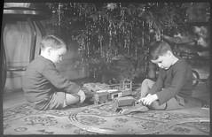 John McLeod et Jim McLeod à Noël (Bibliothèque et Archives nationales du Québec) Tags: enfants jouets train mcleod montréal