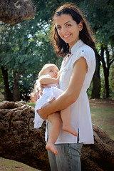 Marilú y Saya (Mónica Omayra) Tags: motheranddaughter mother child childhood motherhoor park nature french mum daughter girl paraguay parque breastfeeding freethenipple women woman girlpower mom