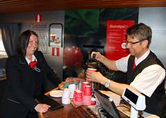 Sofie och Michael 2011-04-21 (Michael Erhardsson) Tags: sj restaurangvagn kaffe personal ombord interiör 2011