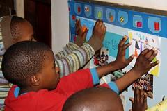 Briefje van Sint-Gertrudis basisschool ophangen