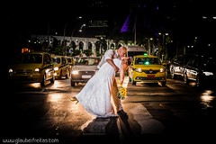 Beijo... (Glauber Freitas) Tags: road street wedding cars love luz night trash nikon dress amor carros noite rua casamento transito sinal d800