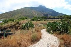 Île de Stromboli / Village de Ginostra (Charles.Louis) Tags: italie sicile stromboli ginostra village port éolie éolienne mer