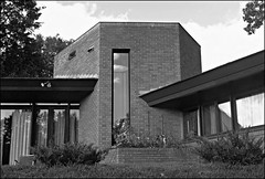 Paul Olfelt House - 1958 (Thompson Photography) Tags: minnesota franklloydwright architect 1958 mn organicarchitecture stlouispark scancafedisc592012 paulolfelthouse photographstakenseptember1974 photographtakenaugust1975