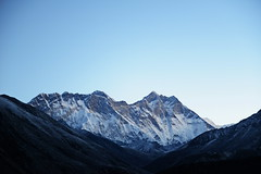 Serie: 1 of 3 - Snowslide at Lhotse (8.516m), Nepal (dscheronimo) Tags: hft trekking nikond800 himalayafairtrekking himalaya nepal snowslide lawine fernweh reisefieber gebirge berg mountain sunrise sonnenaufgang eis schnee gletscher glacier